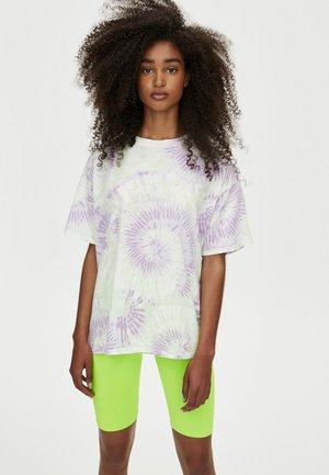 MIT BATIK-PRINT - Print T-shirt - white/lilac