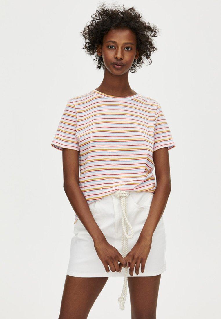 PULL&BEAR - MIT STREIFENPRINT - T-shirts print - white