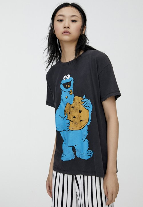 PULL&BEAR T-shirt z nadrukiem - black Koszulki i Topy JXOI-UB4 Darmowa dostawa