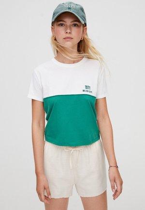 MIT PANEL-DESIGN UND SLOGAN - T-shirt con stampa - white