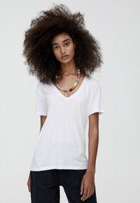 PULL&BEAR - MIT V-AUSSCHNITT  - T-shirt z nadrukiem - white - 0