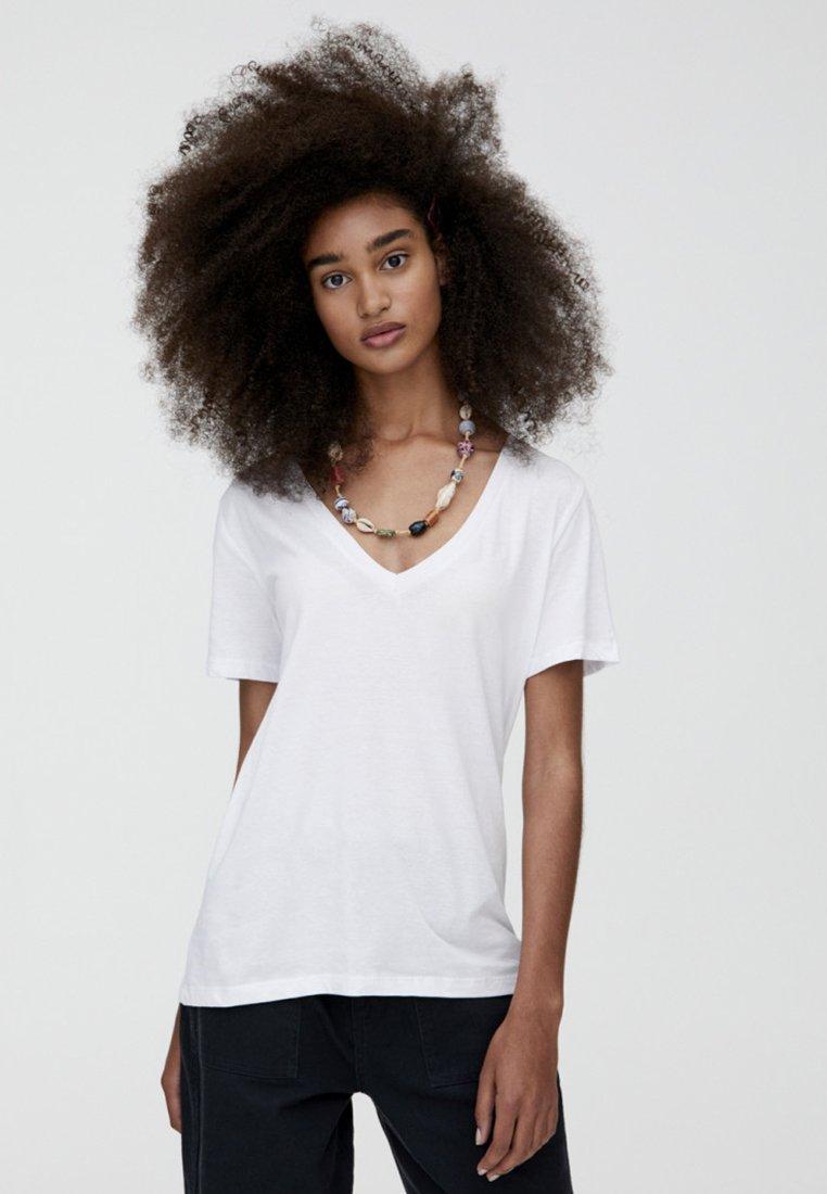 PULL&BEAR - MIT V-AUSSCHNITT  - T-shirt z nadrukiem - white