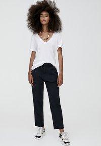 PULL&BEAR - MIT V-AUSSCHNITT  - T-shirt z nadrukiem - white - 1