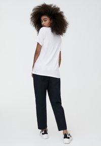 PULL&BEAR - MIT V-AUSSCHNITT  - T-shirt z nadrukiem - white - 2