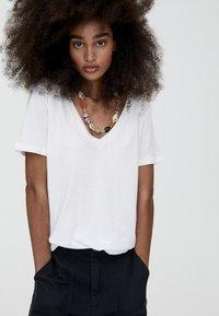 PULL&BEAR - MIT V-AUSSCHNITT  - T-shirt z nadrukiem - white - 3