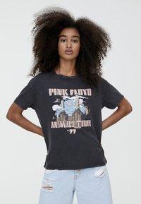 PULL&BEAR - T-shirt med print - black - 0