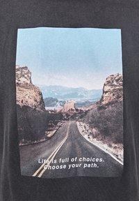 PULL&BEAR - T-shirt med print - dark grey - 5