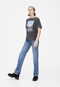 PULL&BEAR - T-shirt med print - dark grey - 1