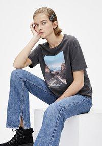 PULL&BEAR - T-shirt med print - dark grey - 3