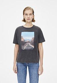 PULL&BEAR - T-shirt med print - dark grey - 0