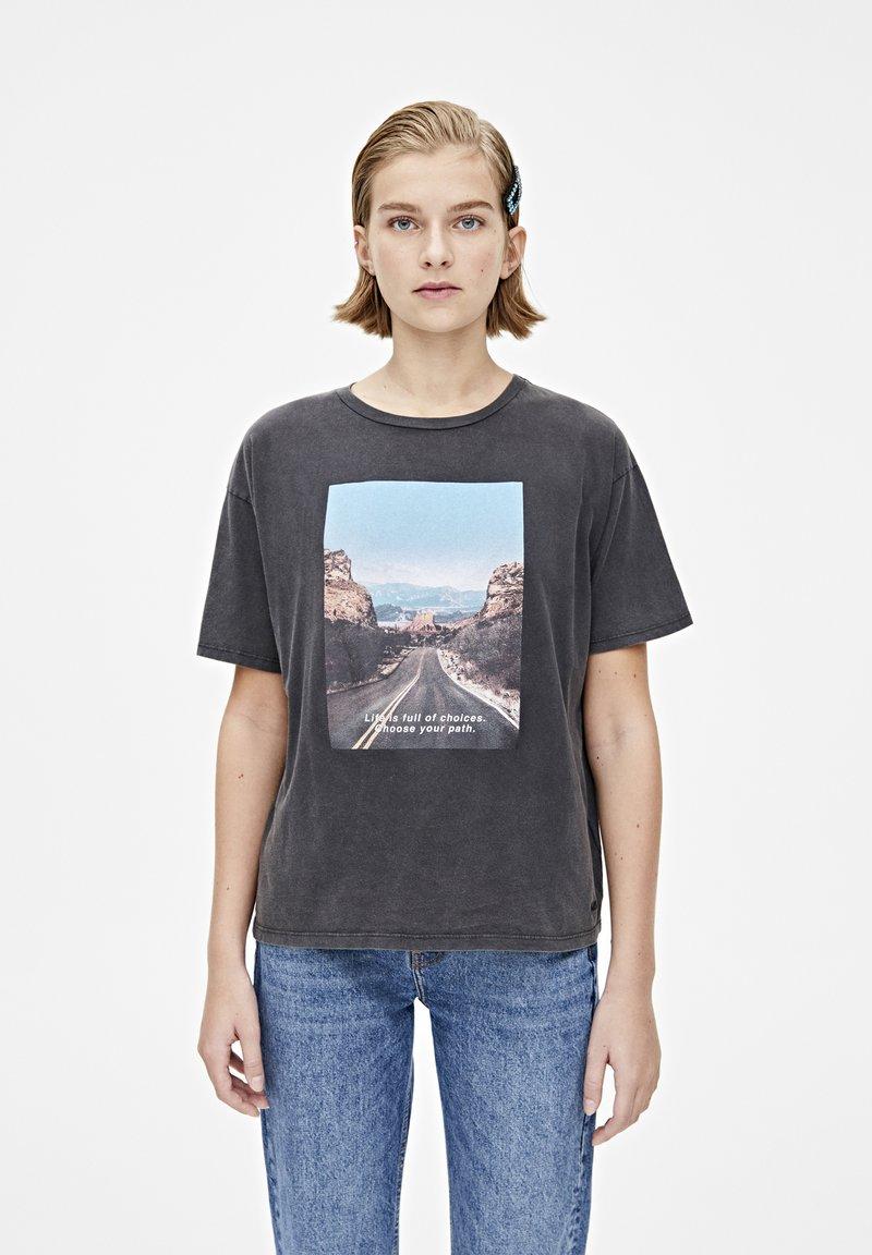 PULL&BEAR - T-shirt med print - dark grey
