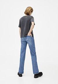 PULL&BEAR - T-shirt med print - dark grey - 2