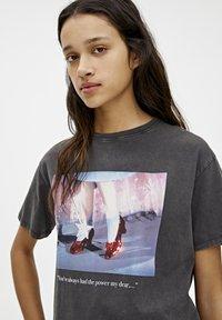 PULL&BEAR - T-SHIRT MIT SLOGAN DER ZAUBERER VON OZ 05234345 - Print T-shirt - dark grey - 4