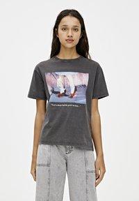 PULL&BEAR - T-SHIRT MIT SLOGAN DER ZAUBERER VON OZ 05234345 - Print T-shirt - dark grey - 0