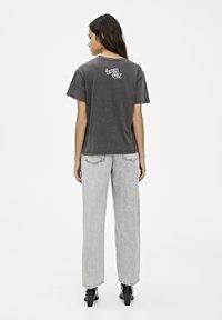 PULL&BEAR - T-SHIRT MIT SLOGAN DER ZAUBERER VON OZ 05234345 - Print T-shirt - dark grey - 2