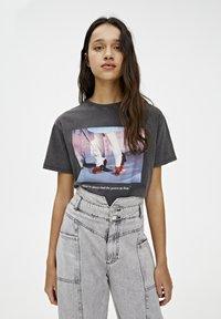 PULL&BEAR - T-SHIRT MIT SLOGAN DER ZAUBERER VON OZ 05234345 - Print T-shirt - dark grey - 3