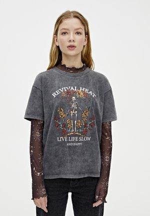 SHIRT MIT SKELETT UND BLUMEN 05234308 - T-shirt con stampa - dark grey