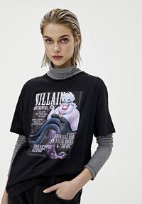 "PULL&BEAR - SHIRT ""URSULA"" IN SCHWARZ 05234321 - Print T-shirt - mottled black - 3"
