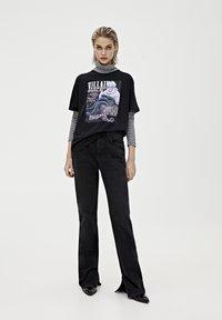 "PULL&BEAR - SHIRT ""URSULA"" IN SCHWARZ 05234321 - Print T-shirt - mottled black - 1"