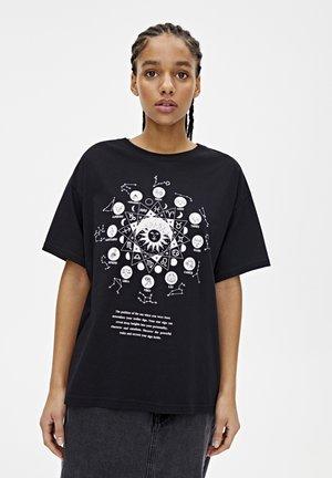 SCHWARZES SHIRT MIT SONNENMOTIV 05234354 - T-shirt print - mottled black