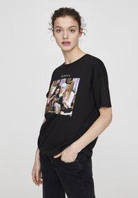 "PULL&BEAR - ""FRIENDS""  - T-shirt imprimé - black - 3"