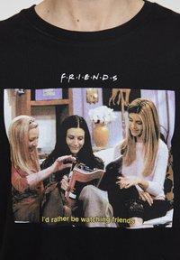 "PULL&BEAR - ""FRIENDS""  - T-shirt imprimé - black - 5"