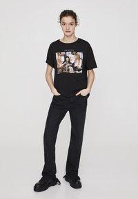 "PULL&BEAR - ""FRIENDS""  - T-shirt imprimé - black - 1"