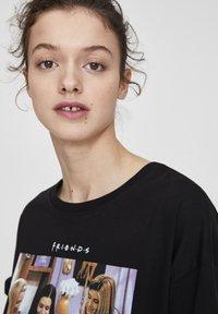 "PULL&BEAR - ""FRIENDS""  - T-shirt imprimé - black - 4"