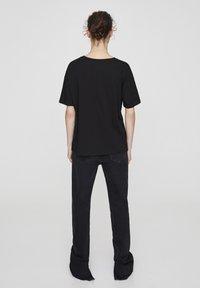 "PULL&BEAR - ""FRIENDS""  - T-shirt imprimé - black - 2"