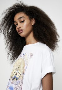 PULL&BEAR - T-shirt con stampa - white - 4
