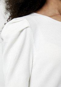PULL&BEAR - MIT KURZEN ÄRMELN - T-shirt basique - off-white - 5