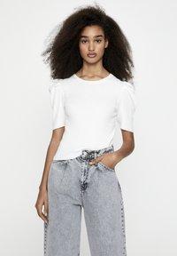 PULL&BEAR - MIT KURZEN ÄRMELN - T-shirt basique - off-white - 3