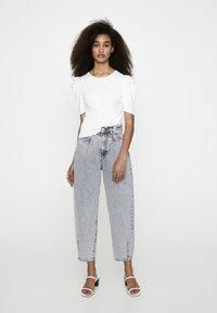 PULL&BEAR - MIT KURZEN ÄRMELN - T-shirt basique - off-white - 1