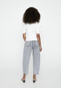 PULL&BEAR - MIT KURZEN ÄRMELN - T-shirt basique - off-white - 2