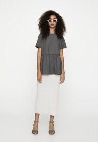 PULL&BEAR - MIT VOLANTS AM SAUM  - Bluzka - dark grey - 1