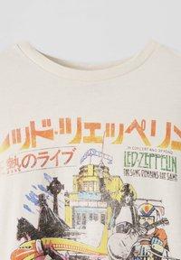 PULL&BEAR - LED ZEPPELIN - T-shirt z nadrukiem - beige - 3