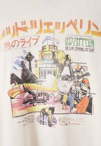 PULL&BEAR - LED ZEPPELIN - T-shirt z nadrukiem - beige - 4