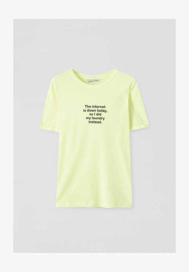 KONTRASTIERENDEM SLOGAN - T-shirt z nadrukiem - yellow