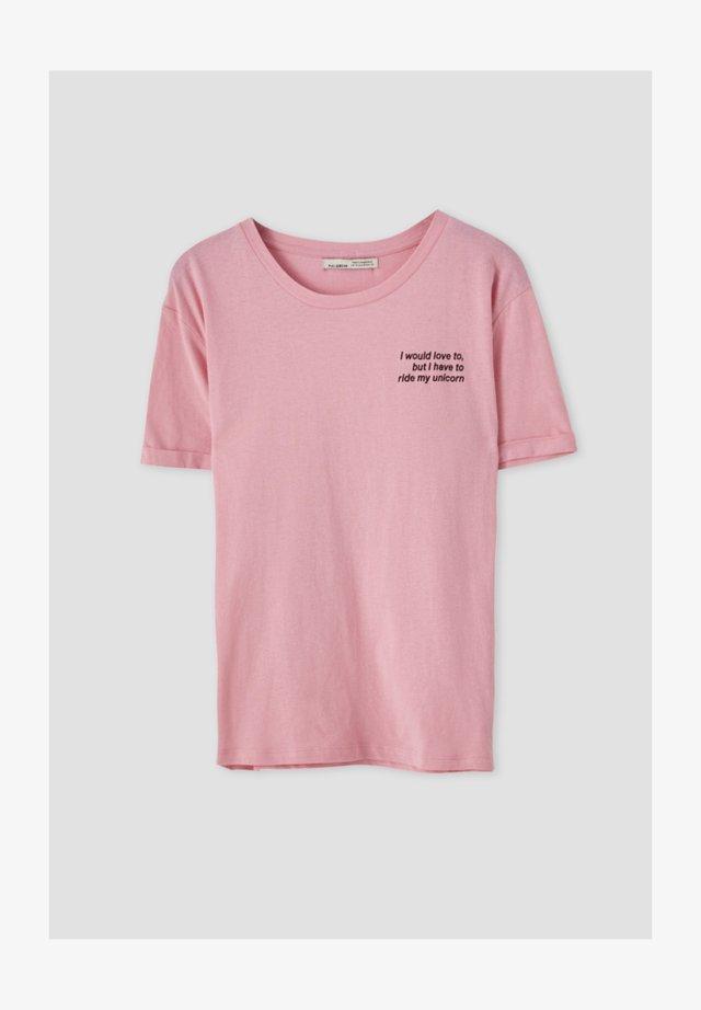 KONTRASTIERENDEM SLOGAN - T-shirt print - rose