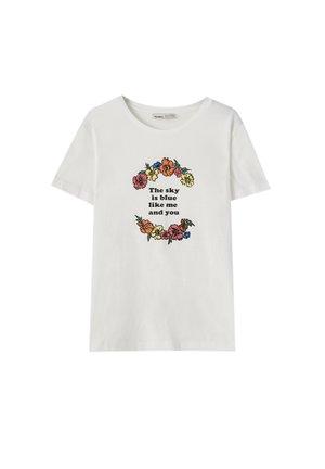 FARBLICH ABGESETZTEM BLUMENMOTIV - T-shirt con stampa - off-white
