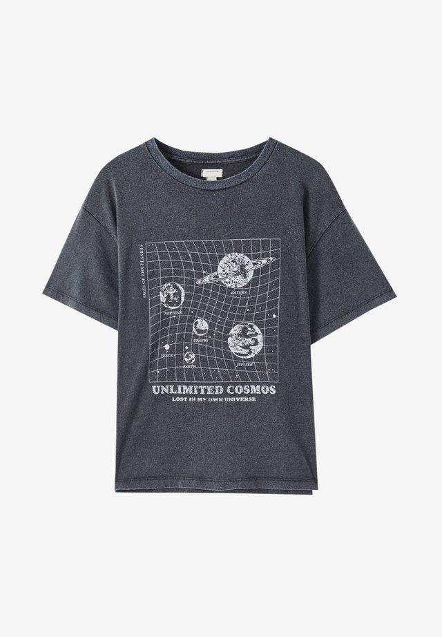 KARIERTES MIT PLANETEN-MOTIVEN - T-shirt z nadrukiem - dark grey