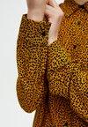 PULL&BEAR - MIT LEOPARDENPRINT - Skjortebluser - yellow