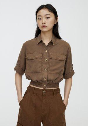 MIT GUMMIZUG - Button-down blouse - brown