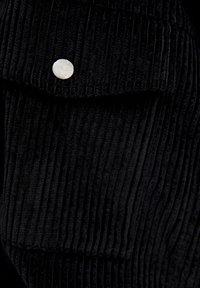 PULL&BEAR - SCHWARZES CORDHEMD MIT DRUCKKNÖPFEN 05474307 - Korte jassen - black - 5