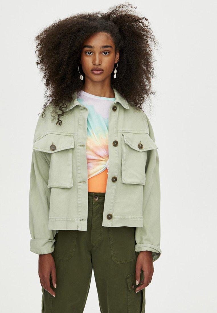 PULL&BEAR - MIT TASCHEN - Denim jacket - light green