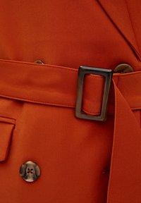 PULL&BEAR - MIT ZWEIREIHIGEM GÜRTEL - Sportovní sako - orange - 3