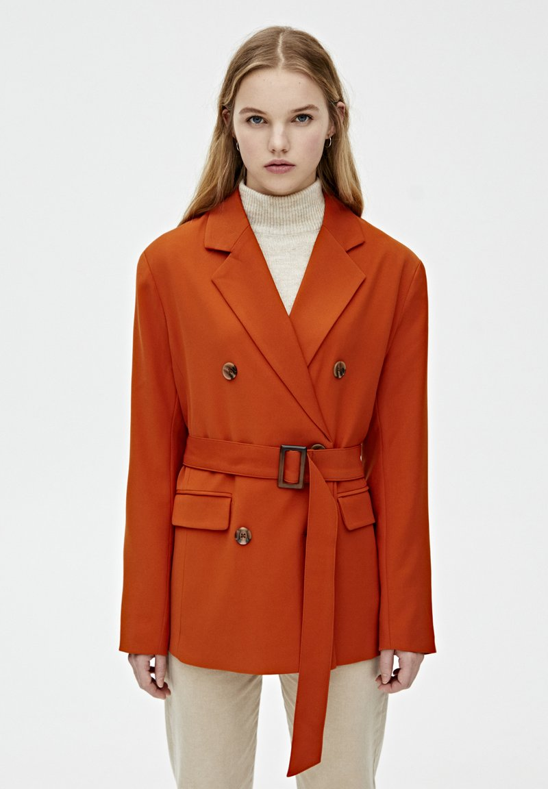 PULL&BEAR - MIT ZWEIREIHIGEM GÜRTEL - Sportovní sako - orange