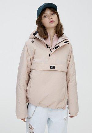 MIT BAUCHTASCHE IN VERSCHIEDENEN FARBEN - Lehká bunda - light pink