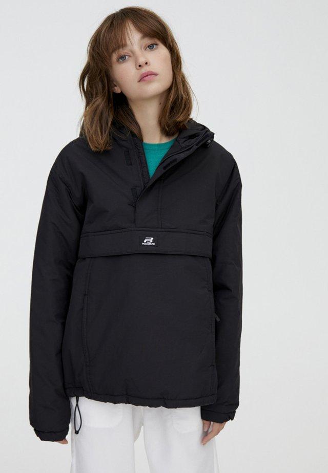 MIT BAUCHTASCHE IN VERSCHIEDENEN FARBEN - Light jacket - black