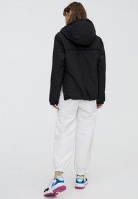 PULL&BEAR - MIT BAUCHTASCHE IN VERSCHIEDENEN FARBEN - Light jacket - black - 1
